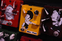 /images/NAMM2009/dirtyboypedalss.jpg